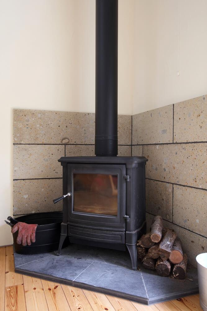 低温水パネルヒーターによる全館暖房を採用しているが、ご主人のこだわりで薪ストーブも設置した