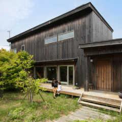 自然な質感が心地よい。高性能なデザイン住宅