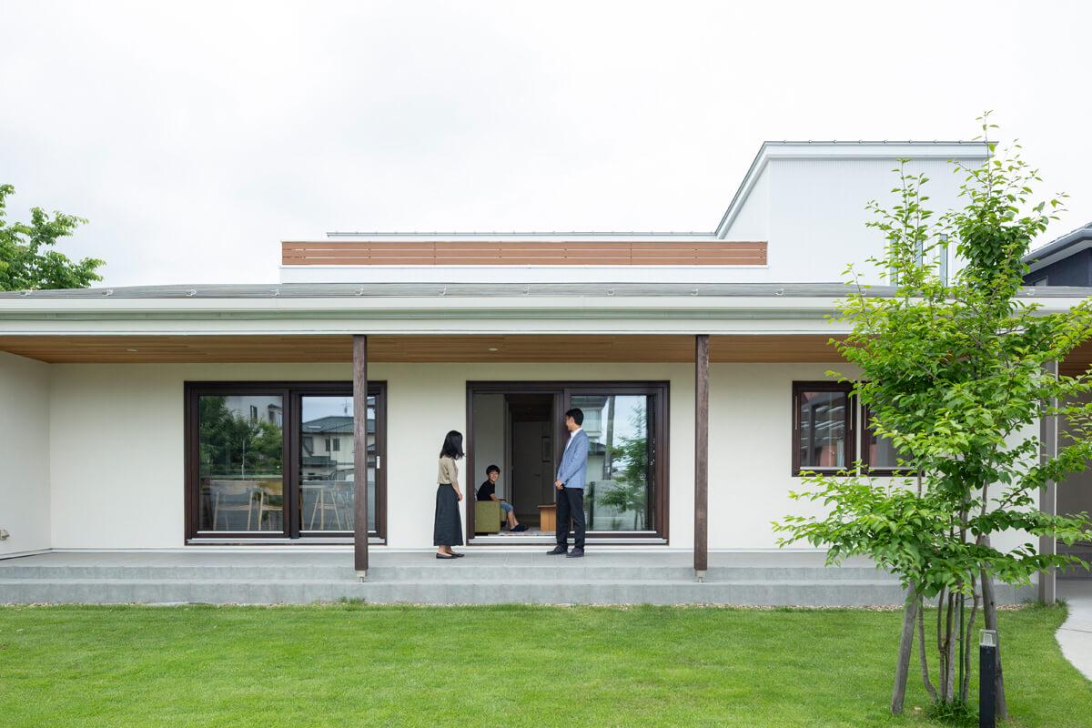 平屋を思わせる外観デザイン。.庭に面した南側を低くし、奥の北側2階に居室をまとめた