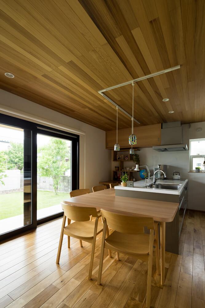 ダイニングテーブルはキッチンと一体化させたカウンタースタイルに。家事をしながら会話も弾む家族の光景が目に浮かぶ