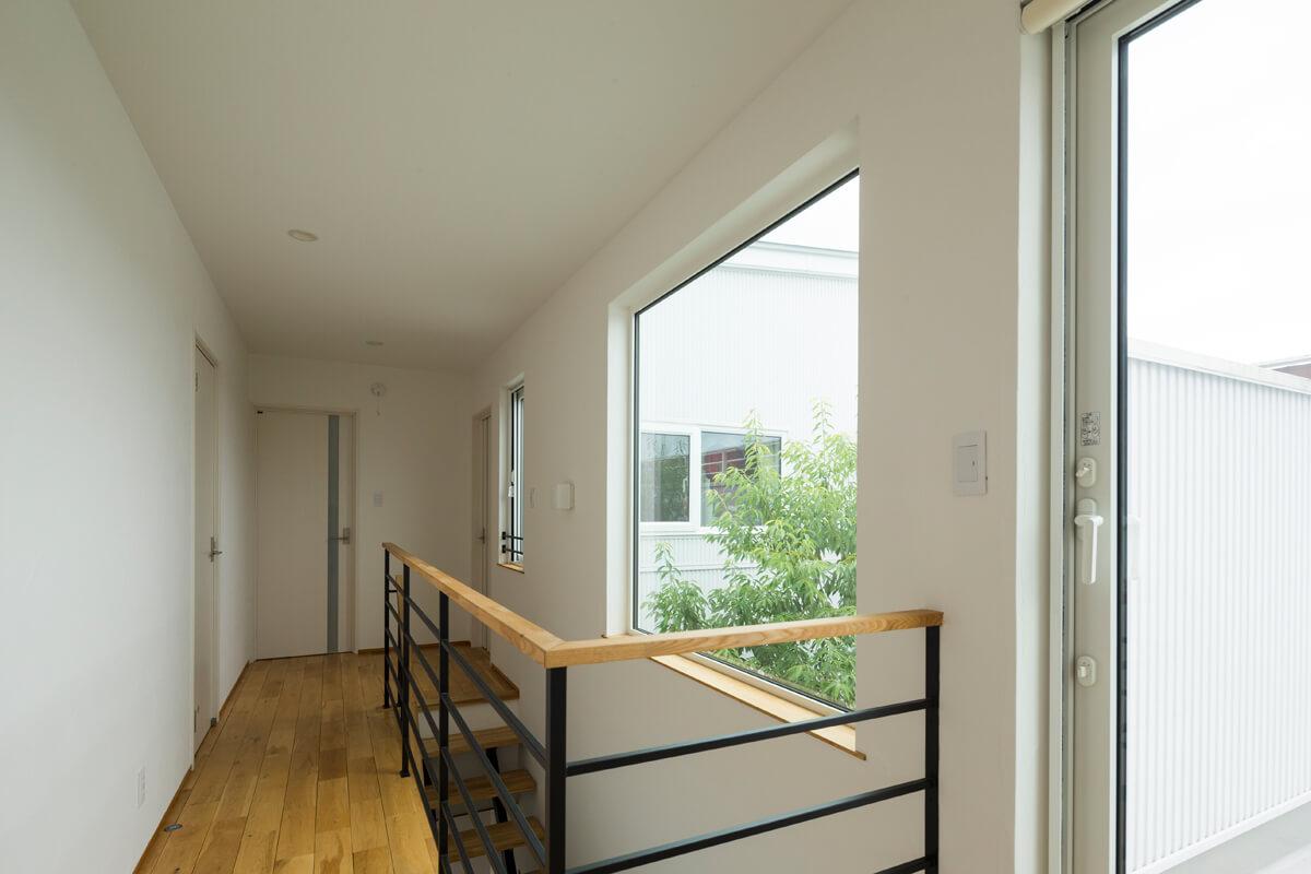 シンプルでスタイリッシュなデザインの内装デザイン。2階の窓からも中庭の木を感じられる