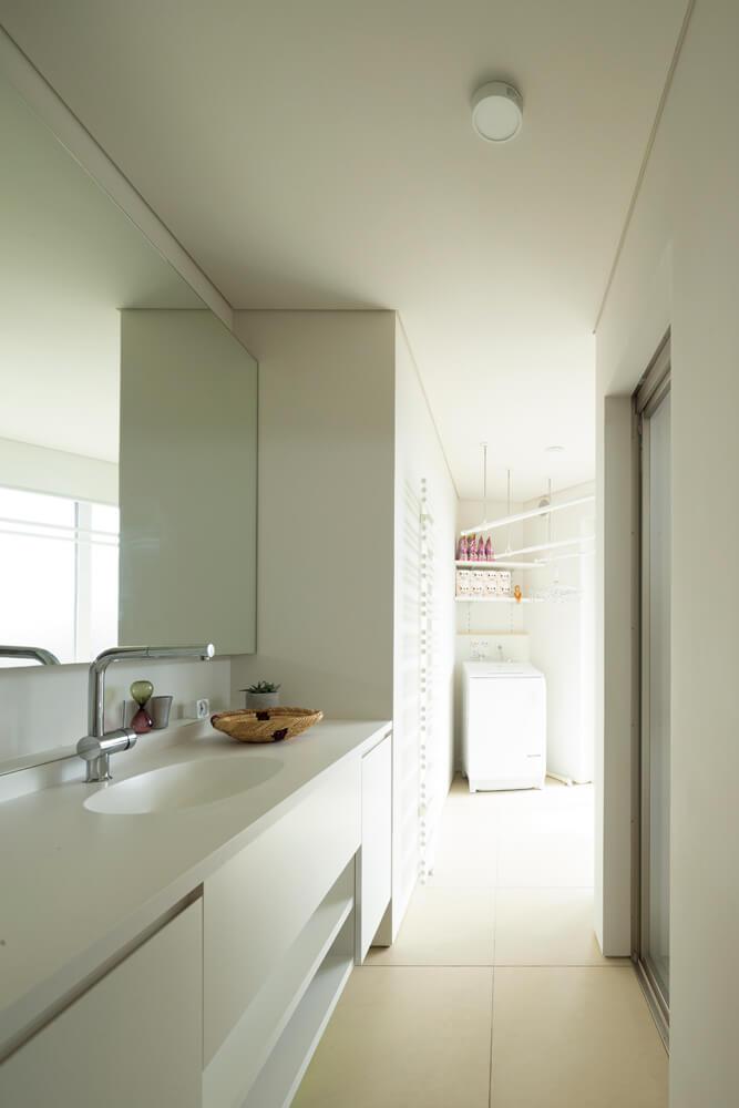 洗面とバスルームの先には室内干しができる空間を設け、キッチンを含めた家事動線はコンパクトに