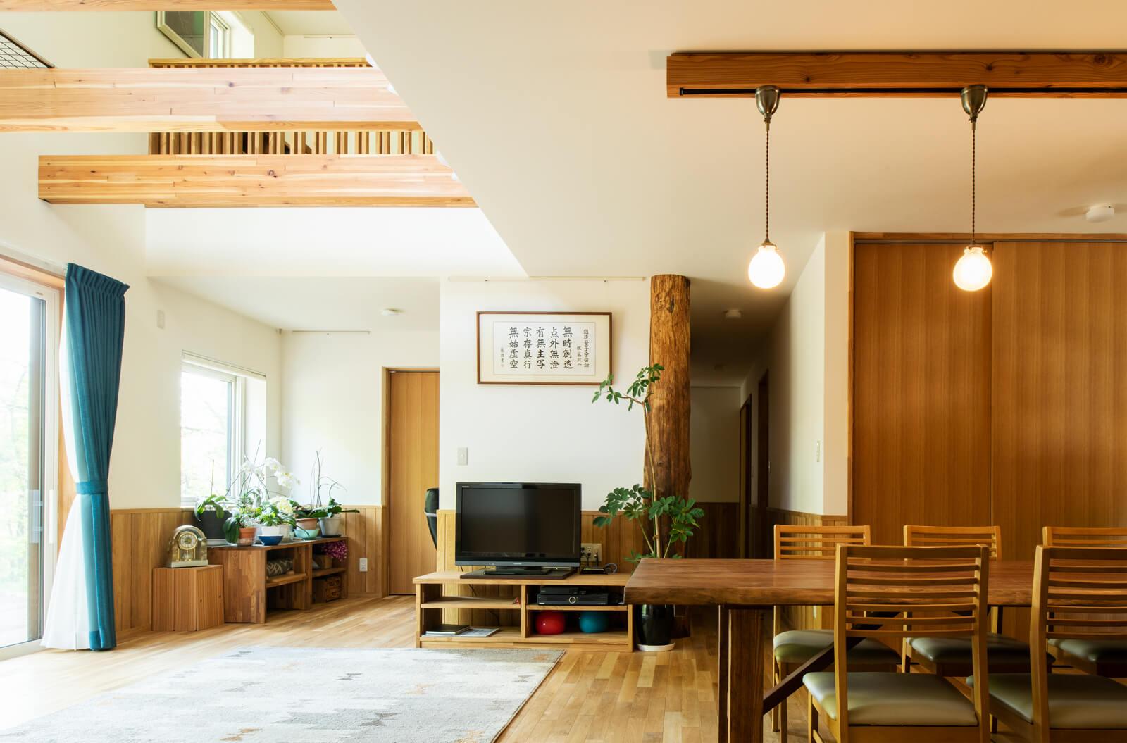 Nさん宅の室内には、施主支給の穂別産ナラで仕上げた腰壁、フローリングが採用されている。1階LDと2階階段ホールを貫く親柱も、地元の神社裏に生えていた樹齢80年超のナラ。木が好きな親戚が伐採後大切に保存していたものを譲りうけたのだそう