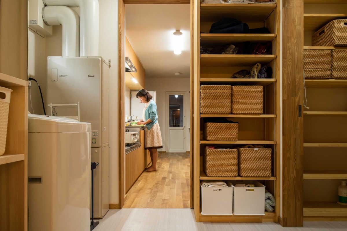 キッチンと水まわりは最短の動線で結ばれている。脱衣室は洗濯室も兼ね、大型の物干しスペースと収納棚を併設。衣類を脱ぐ、洗う、干す、仕舞うまで、1ヵ所で完結できる洗濯室は、長年共働きをしてきた奥さんがどうしても実現したかった家事スペースだった
