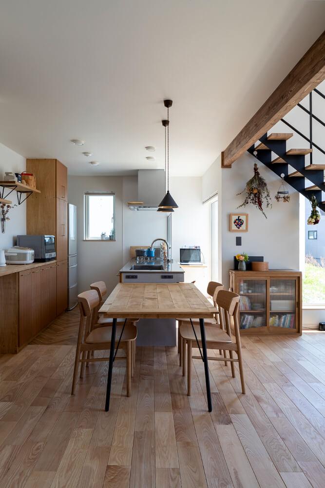 キッチンとつながるダイニングには、奥さん念願のフタガミの真ちゅう製ペンダントライトを採用。造作のキッチンと収納も、このペンダントライトの雰囲気に合わせてデザインした