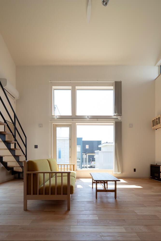 高断熱・高気密の住まいは、南側に採光に優れた大開口を設けることで、冬は最小限の暖房で暖かく過ごせる。夏の陽射しを遮るカーテンも備え、朝の涼しいうちに遮光することで快適な室温がそのまま保たれる