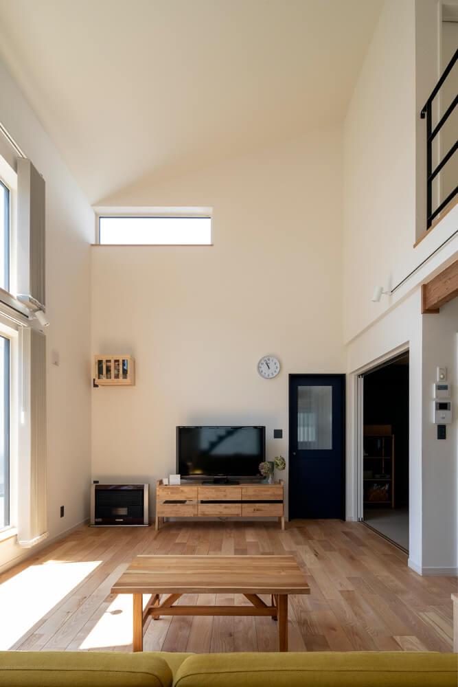 高い吹き抜けが心地よいリビング。新居の暖房は、テレビ台横のFF式灯油ストーブ1台のみ。「最初に提案されたときは半信半疑でした。でも、3月に引っ越してから天気のいい日は暑いくらいで、改めてプラスワイドの家の性能の良さを実感しました」とIさん