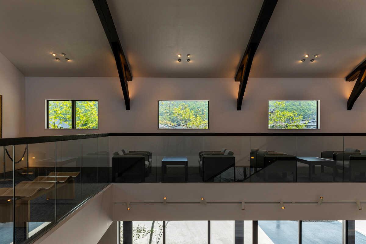 2階ホールの家具は地元、天童木工製のもので揃えられている
