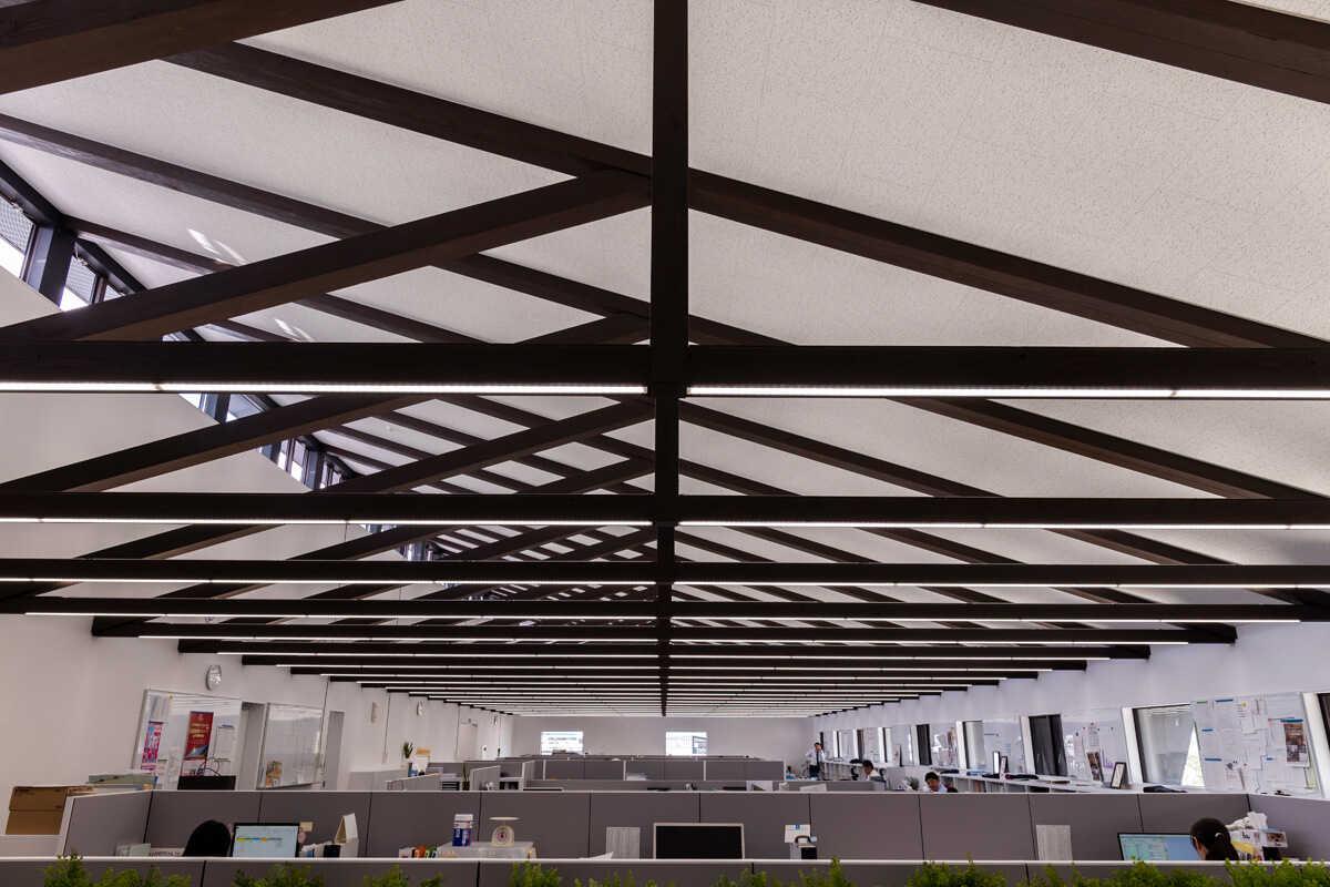 トラス架構が印象的なオフィススペース。ハイサイドライトも効果的