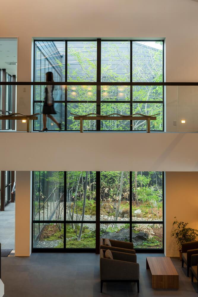 渡り廊下から望む中庭の風景。木々は時間と共に成長し、味わいを増していく