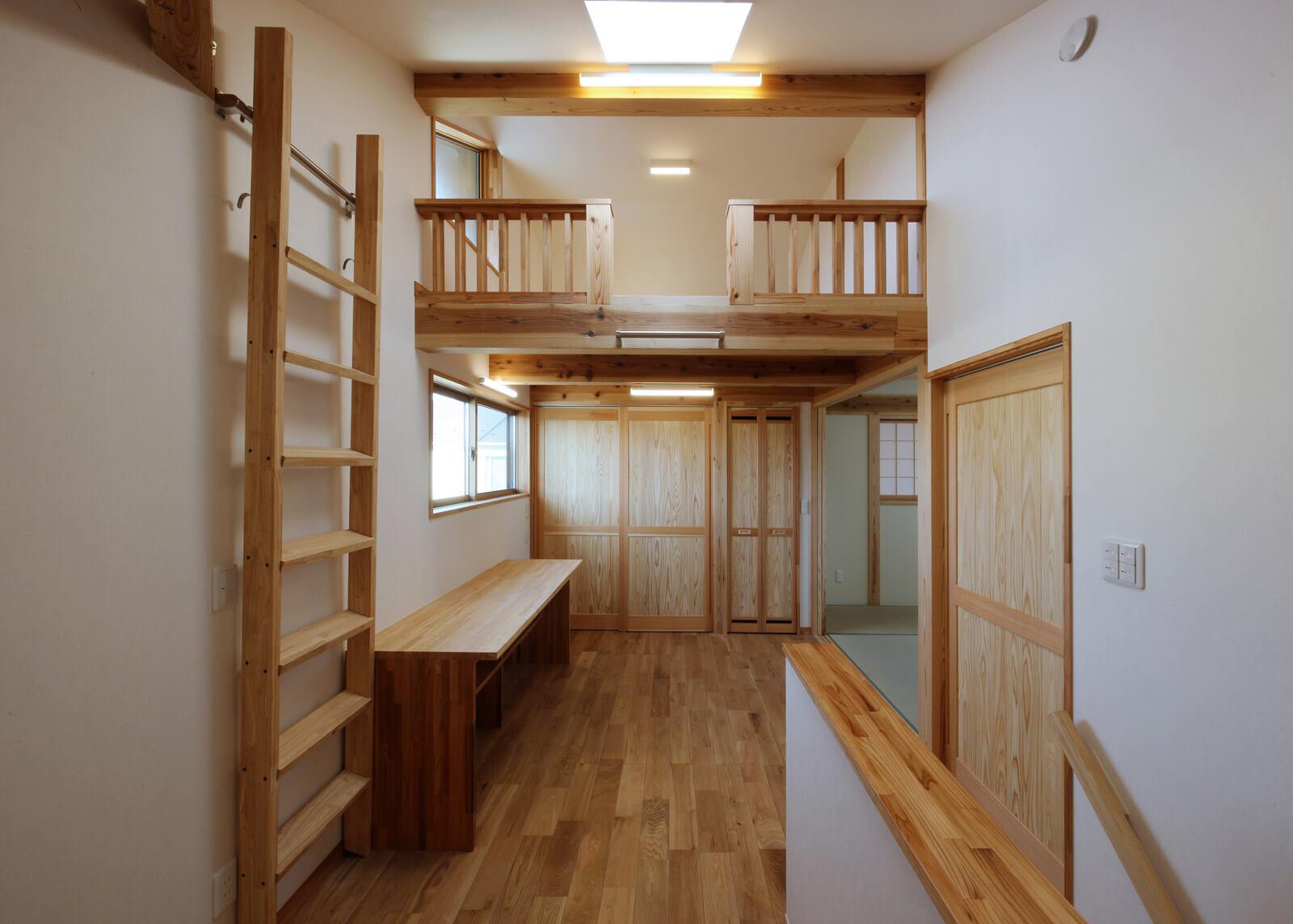 2階ホールから書斎コーナーを見る。上部にはロフトを設けた