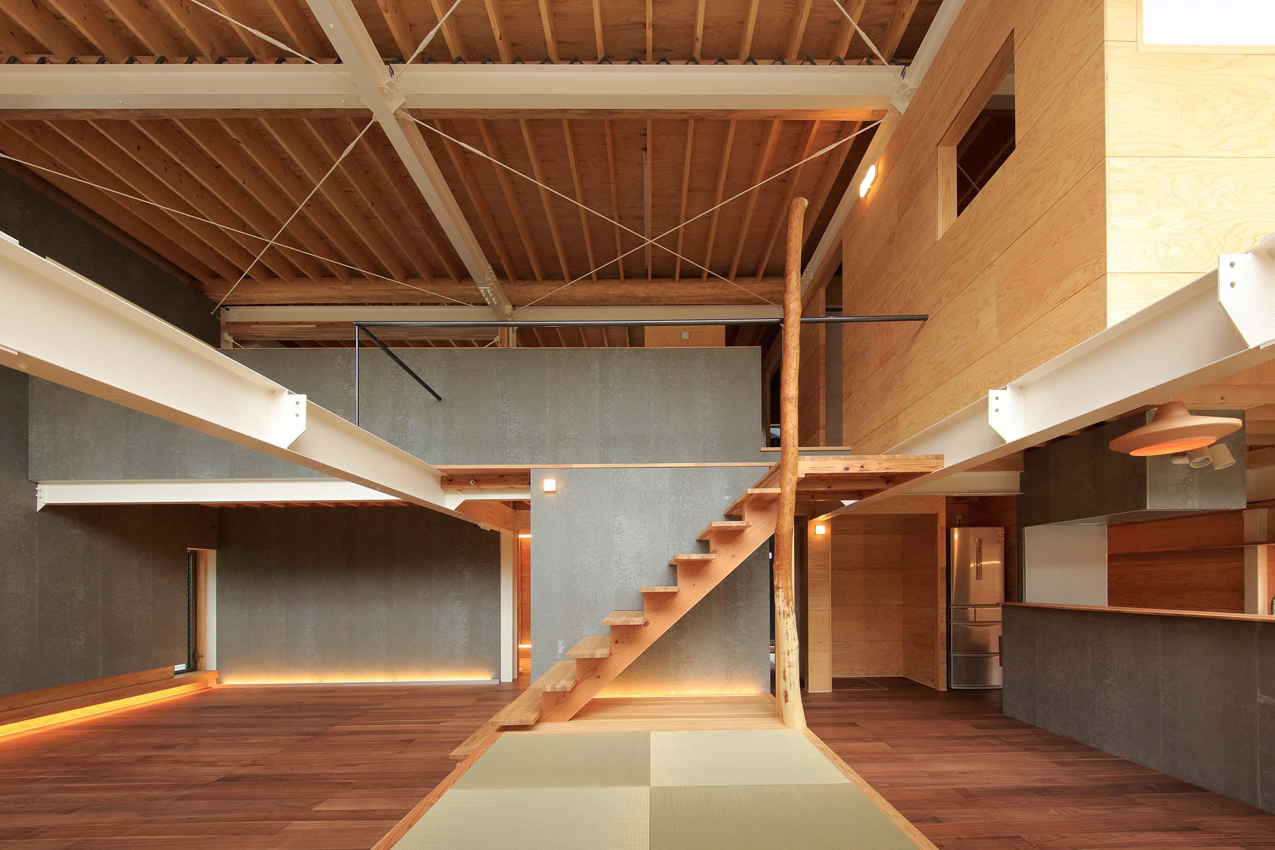 一体型のLDKは36帖もの大空間。鉄+木+土(SOLIDO)の組み合わせで風土と向き合う