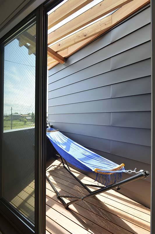 寝室からも、階段からも出入りできるコンパクトなサイズのウッドデッキもある