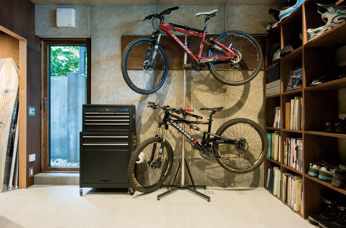 マウンテンバイクやスノーボードを収納・メンテナンスする「アジト」。テラスドアから家の裏を通ってガレージにアクセス可能