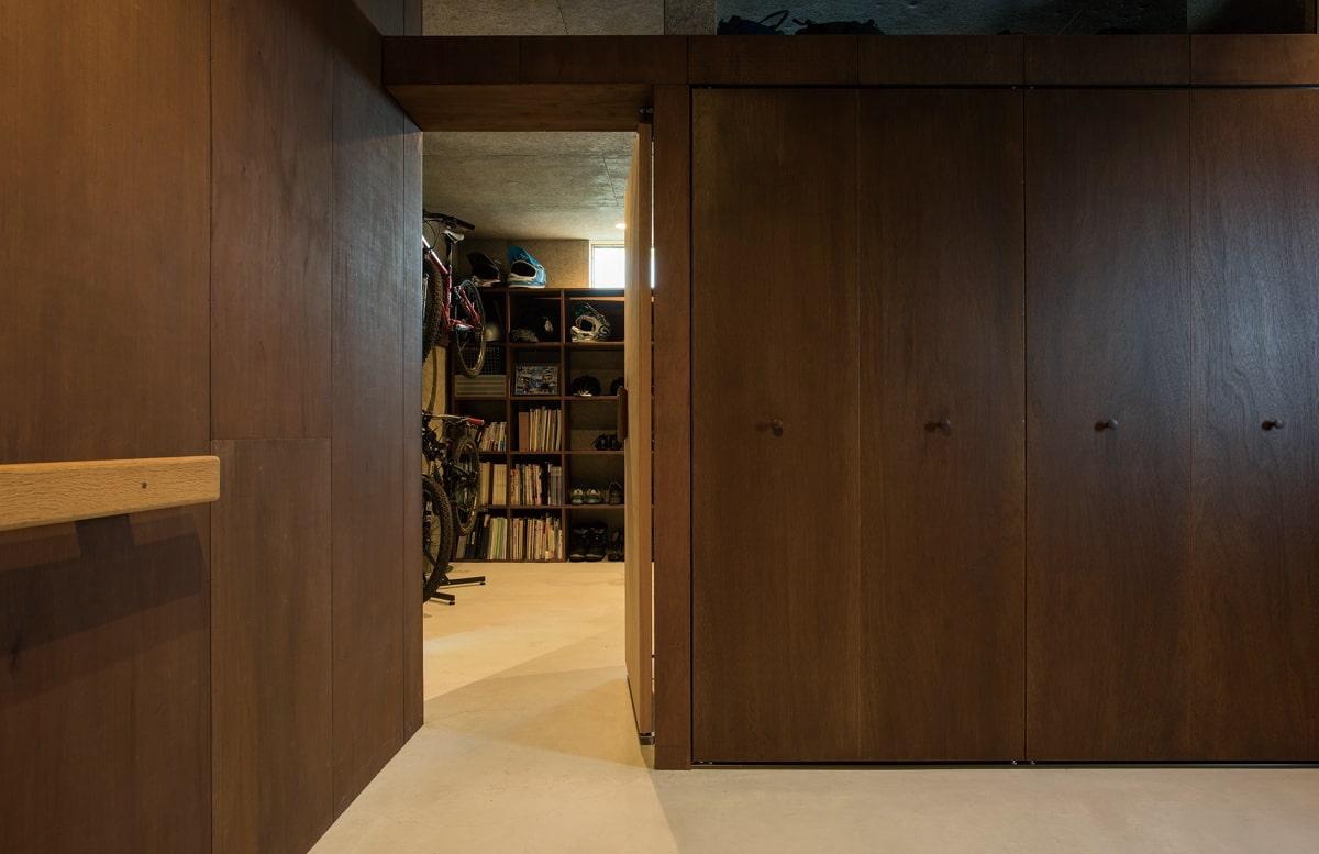 玄関からアジトを見る。両者とも造り付けの収納をたっぷり備えた