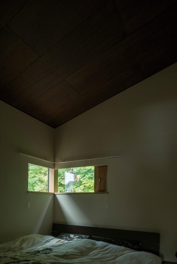 傾斜天井で山小屋のような寝室。目覚めたときに目に入る緑が気持ち良さそう