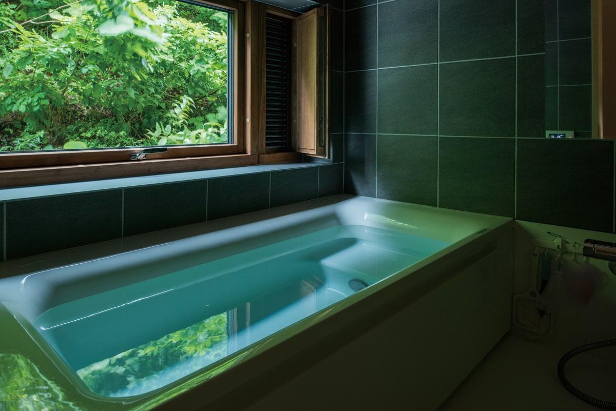 ご主人がぜひにと願った窓付きの浴室。窓を開放して露天風呂気分を味わえるのが幸せな瞬間