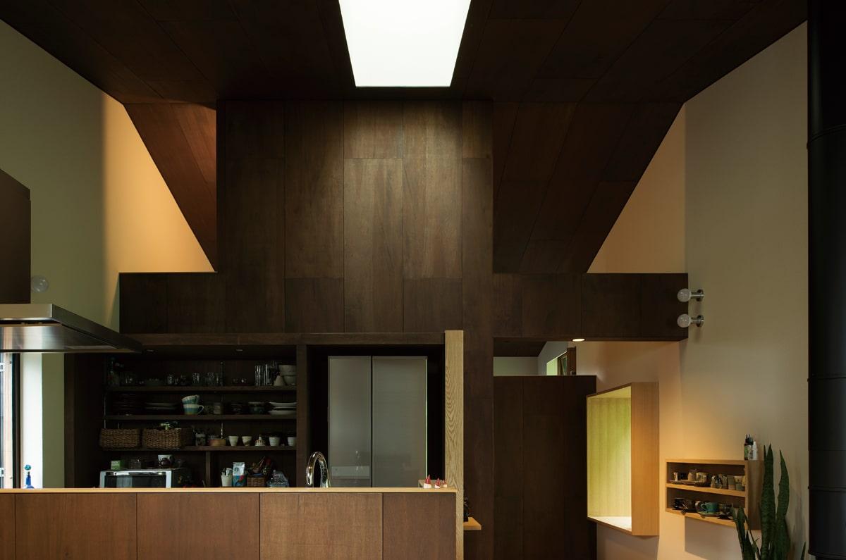 古民家のように落ち着いた雰囲気の室内。家のほぼ中心にあるキッチン上部にはトップライトを設置