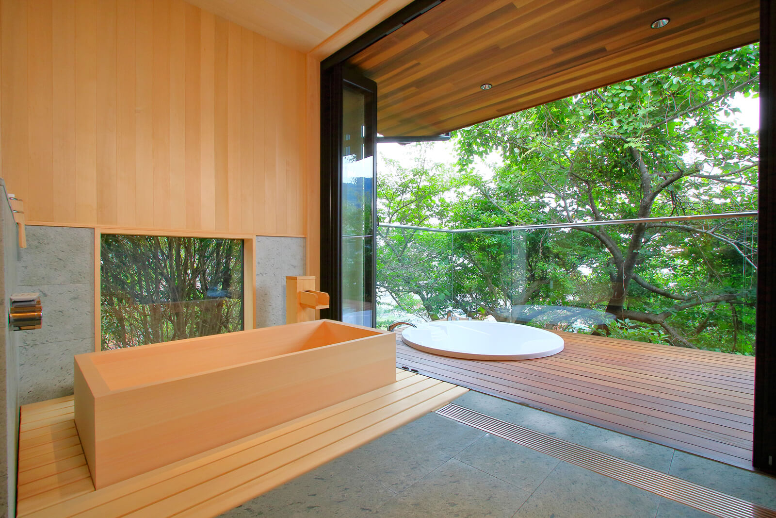 ヒノキの内風呂は温泉。ジャグジーからは、美しい眺望と、春には桜を楽しめる