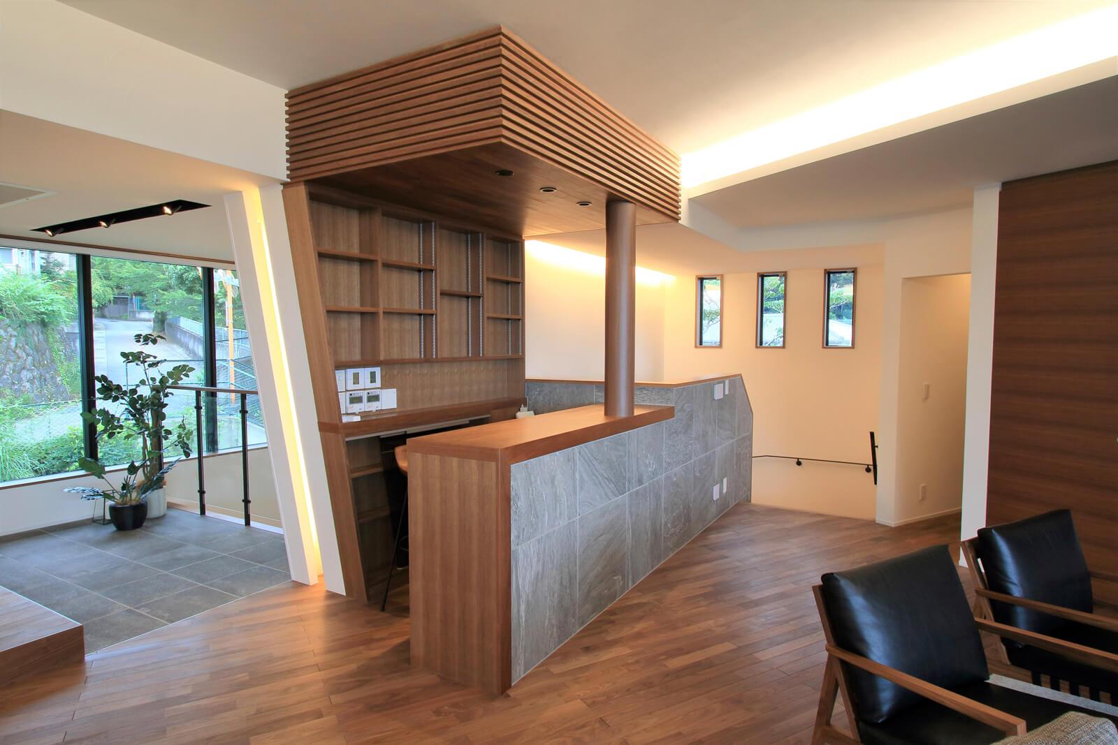 リビングに設置されたバーカウンター。来客時のウェルカムドリンクを提供する