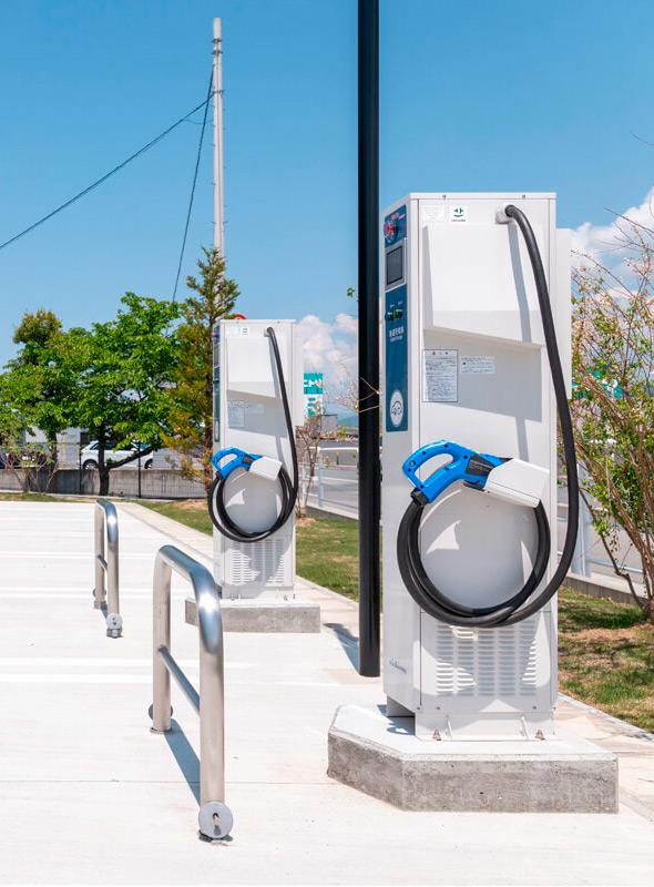 オフグリッドソーラーシステムを導入し、電気自動車用充電設備も完備。自家発電した電気で高速充電が可能