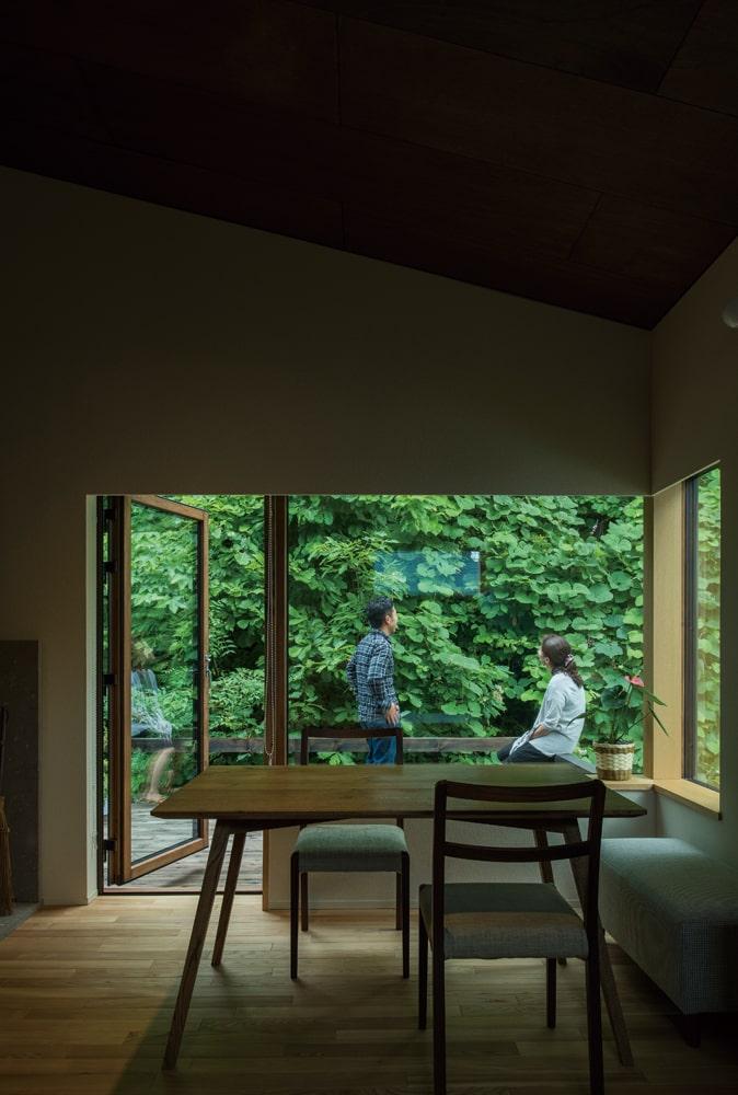 リビングからテラス方向。室内は主に緑地に面して開口を設け、隣家や外部からの視線を気にせずくつろげる