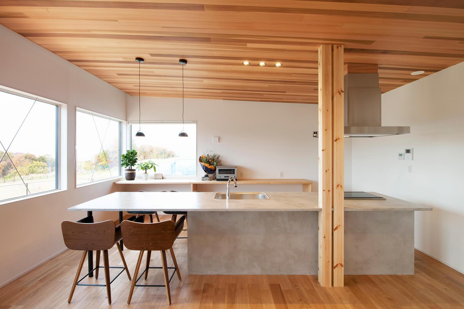 キッチンとダイニングを一体で造作したオリジナル仕様。構造材の柱は、2本に見せることでデザイン性を加味している