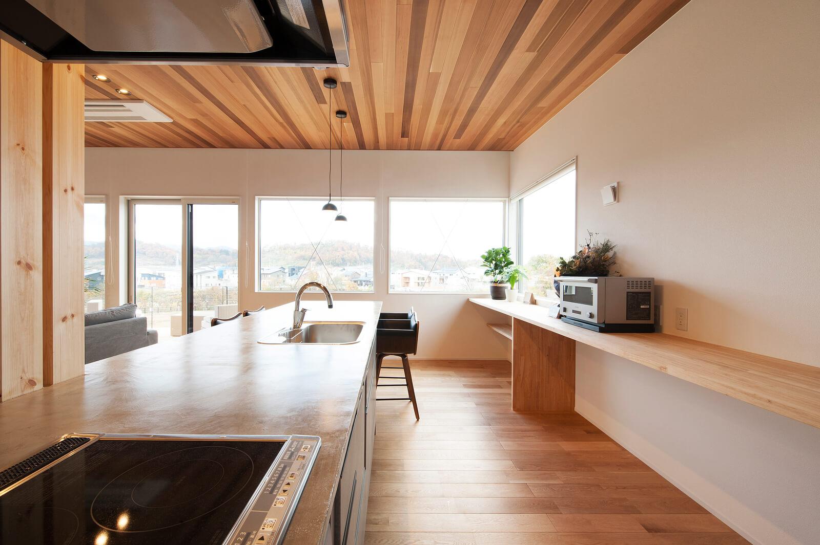 キッチンからも美しい眺望が楽しめるようになっている。背面の造作棚は広さ十分で使い手によってアレンジできる楽しみもある