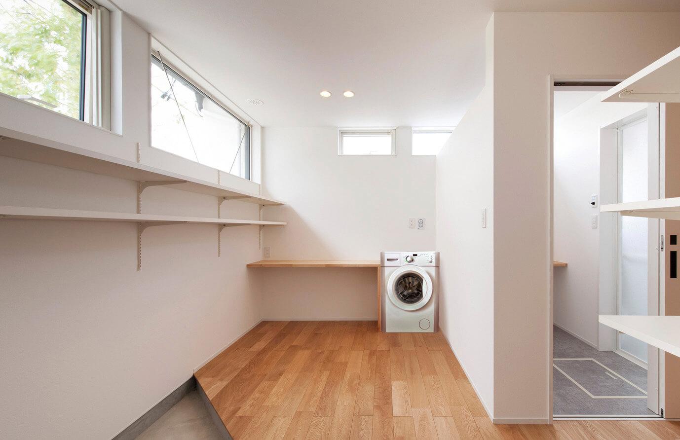 脱衣室の近くに設けたランドリー。南面に窓があり、洗濯物の物干しスペースにもなる