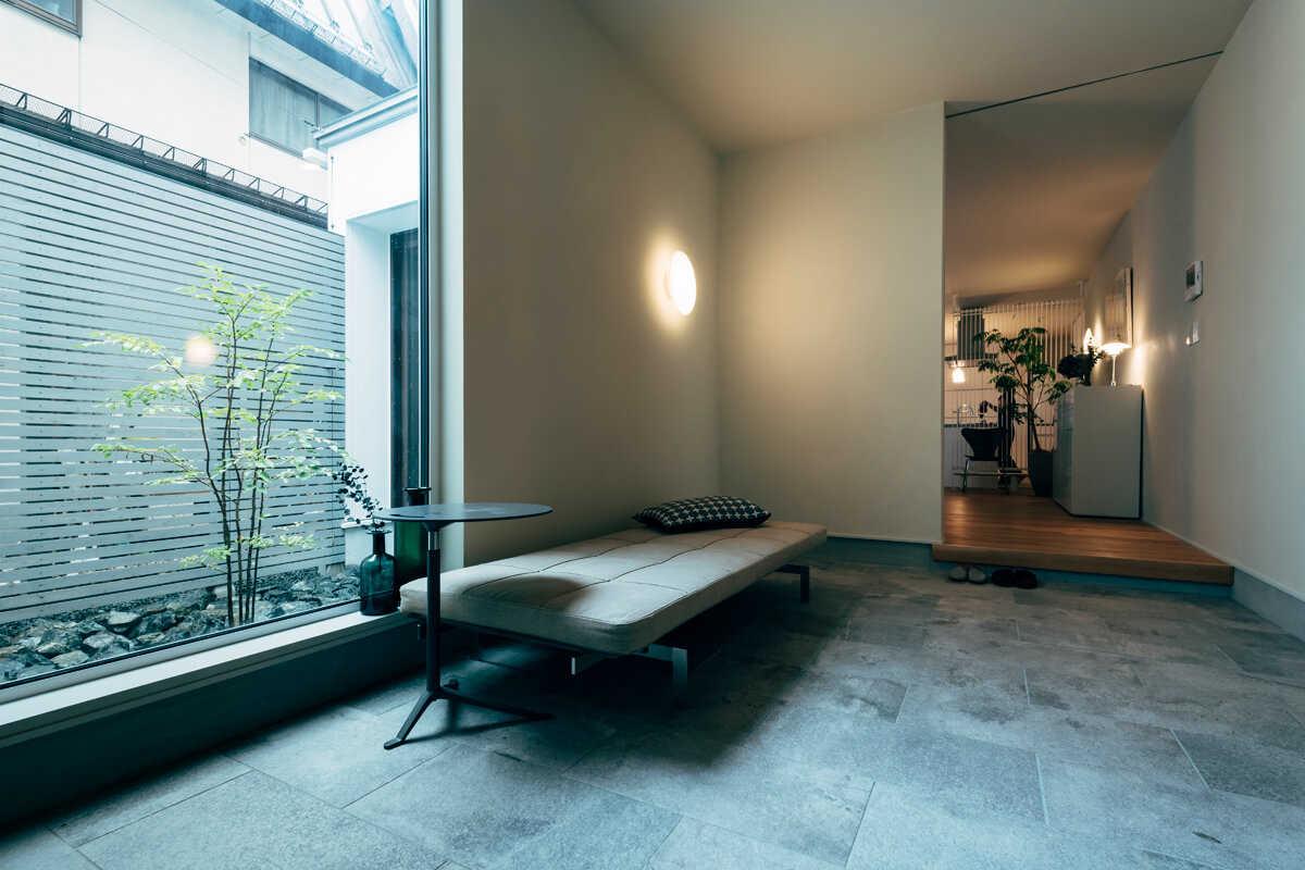 玄関は半屋外的な土間空間。庭と繋がり、より広く感じることができる