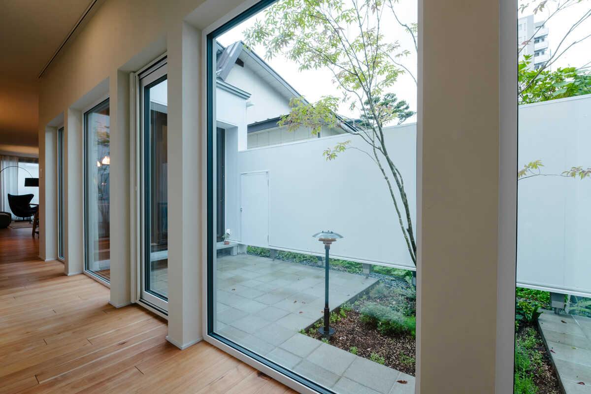 庭に沿った廊下は、庭木を愛でながら移動する楽しさを提供