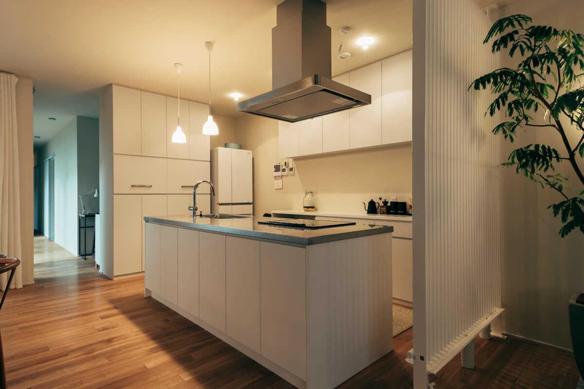 造作キッチンや収納は、空間に馴染む一体感のあるデザインにした