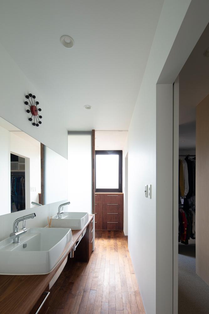 広い洗面所は、ドライルームを兼ねたユーティリティからの光で明るい空間