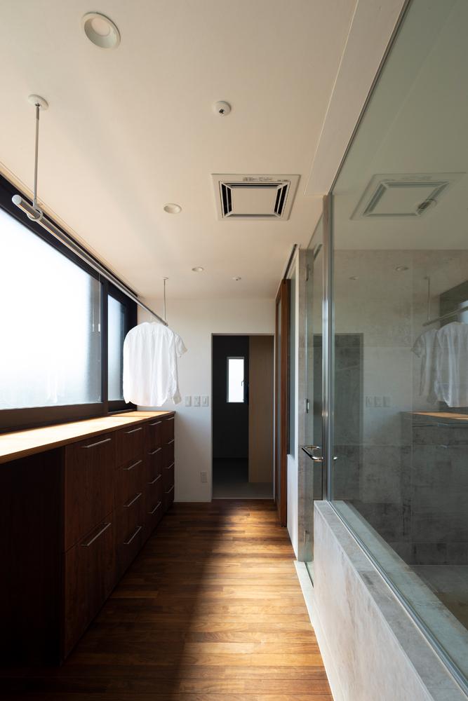 ドライルーム兼脱衣室には南面する型ガラスの窓。大きな浴室も光で満たす