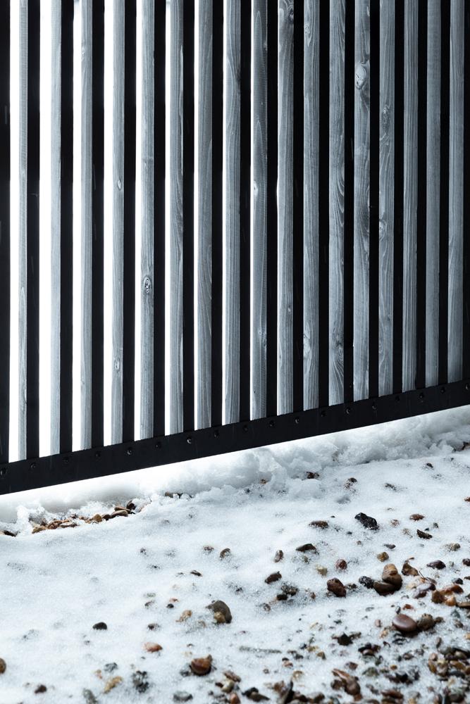 雪のある屋外と緩やかに仕切られた1階設備スペースは拡張性のあるスペース