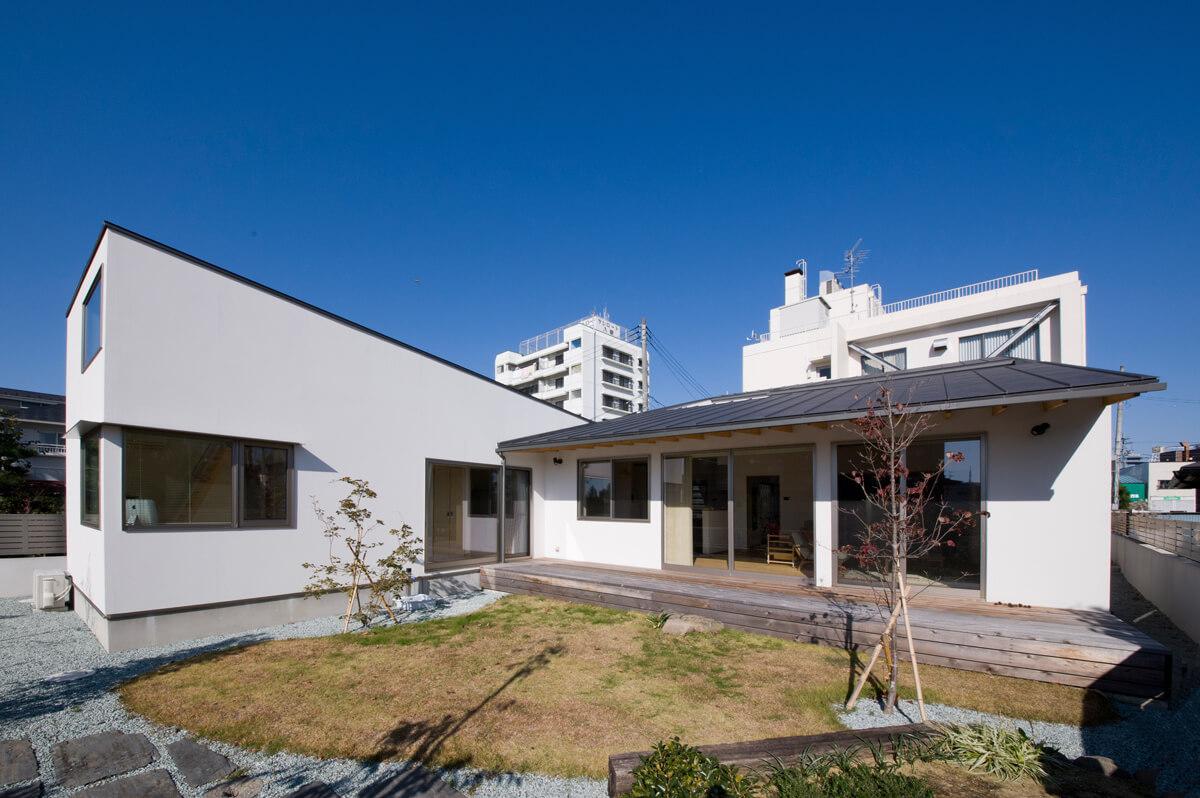 交差する2つの片流れ屋根の広がりが美しい、夫婦2人の住まい