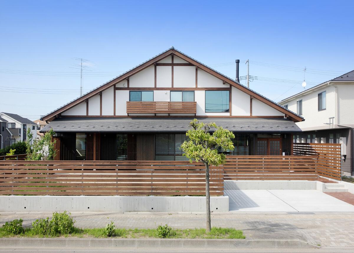 外観南側正面。大屋根の中に2階建ての建物がすっぽ りと入るようなフォルム。スギの板塀が昔ながらの日本家屋を彷彿とさせる