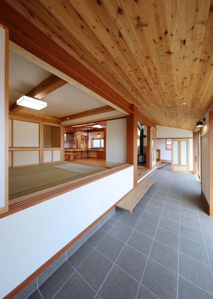 玄関から続くタイル土間のサンルーム兼インナーテラス