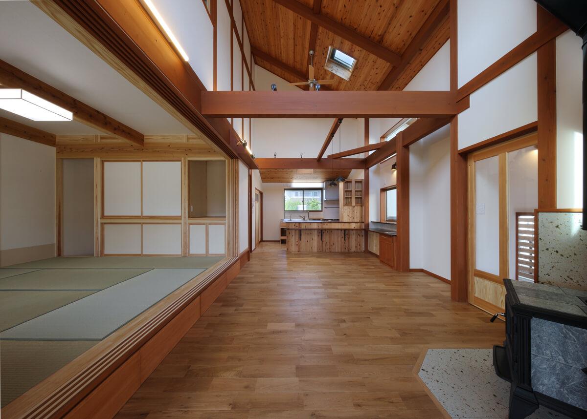 建具を引き込むとリビングと一体になる小上がりの和室。小上がりの下部はキャスター付きの収納になっている