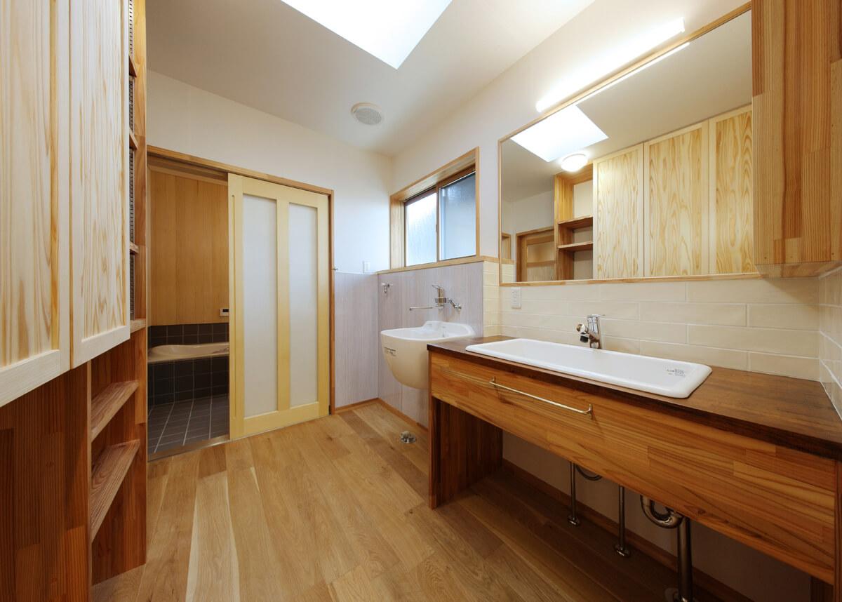 木の香り漂うユーティリティ。奥の浴室も壁に木を張っている