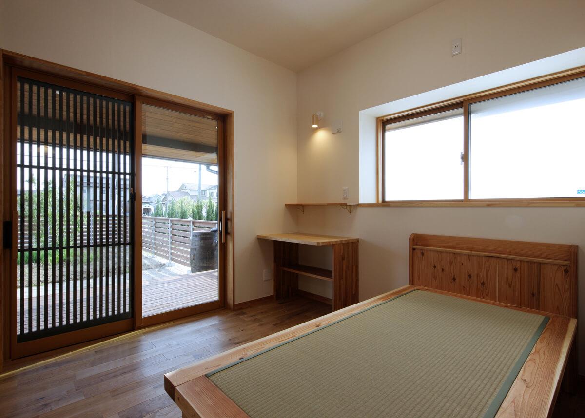 木工事で畳ベッドを造作した奥さんの寝室。格子戸から、ほどよく外の様子が伺える