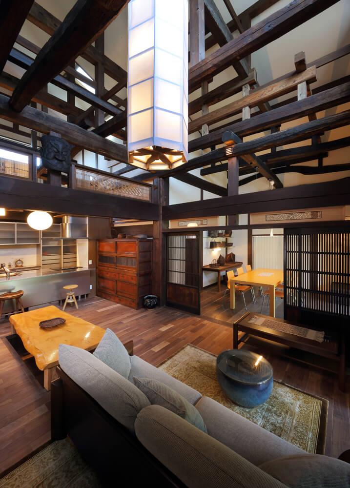 リビングからキッチン・手芸教室を望む。梁と梁が交差する現し天井が印象的