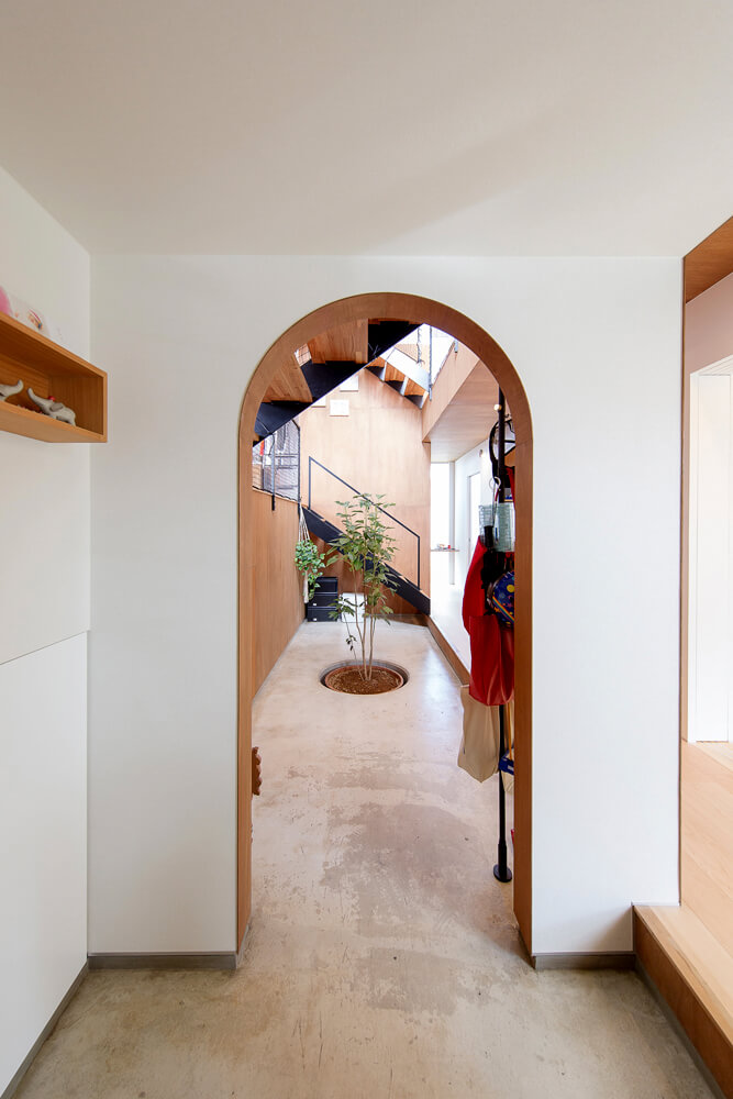 玄関からつづく土間ホール
