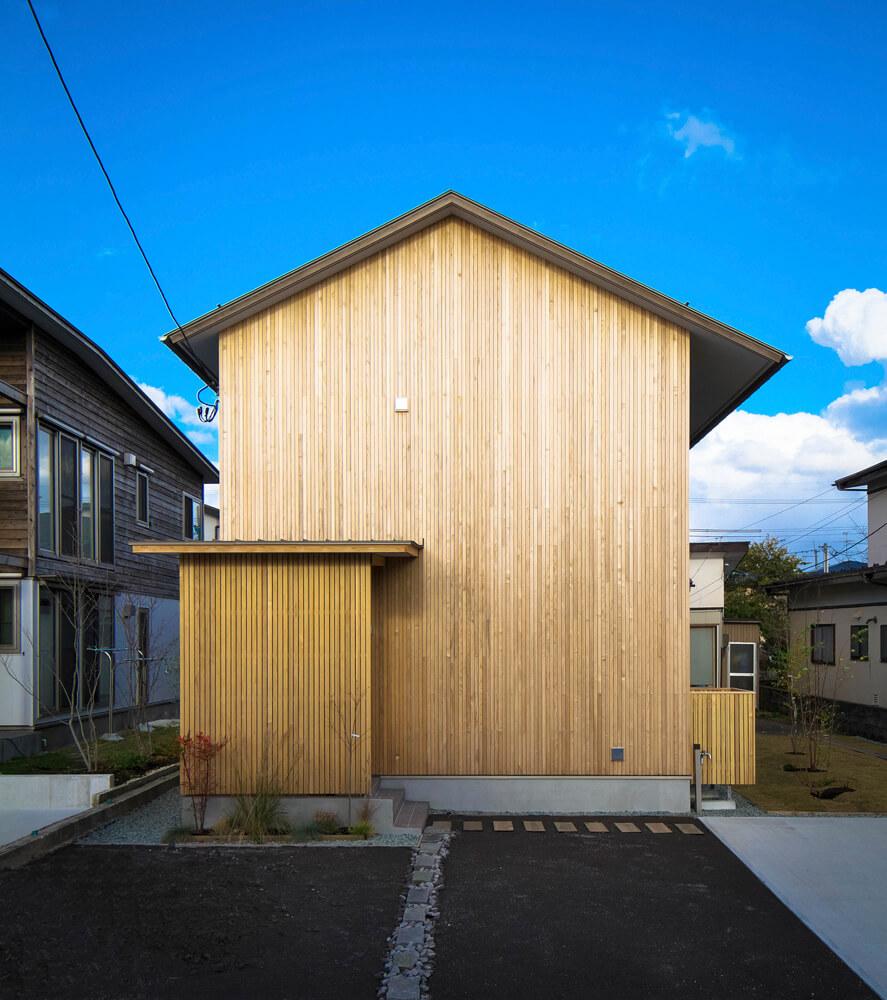 秋田スギラタンのファサードが特長的なOさん宅の西側外観
