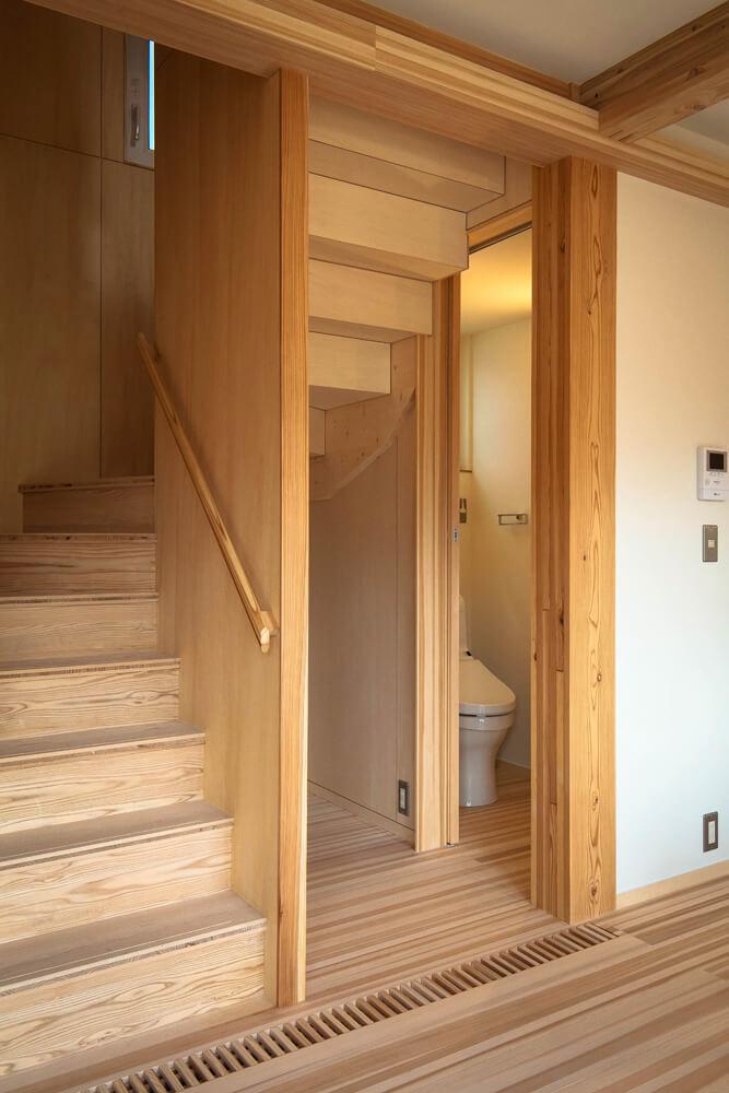 1階トイレ入り口は階段下スペースを有効活用している