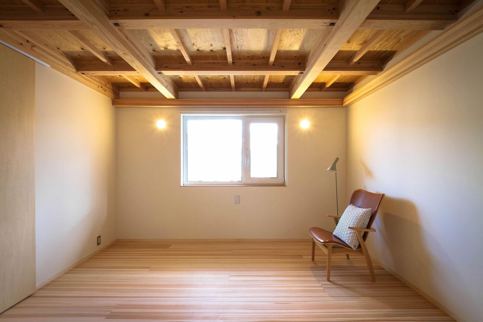 2階主寝室。天井は構造体を兼ねていて、その上にはセルロースファイバー350㎜を吹き込んである