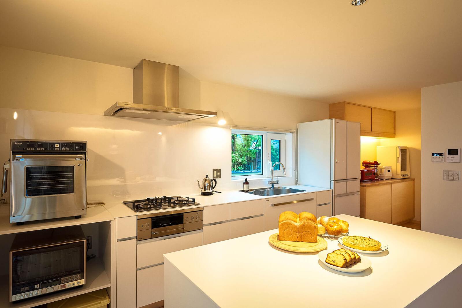 キッチンハウス製のオーダーメイドキッチン。パンを焼くための専用オーブンもある