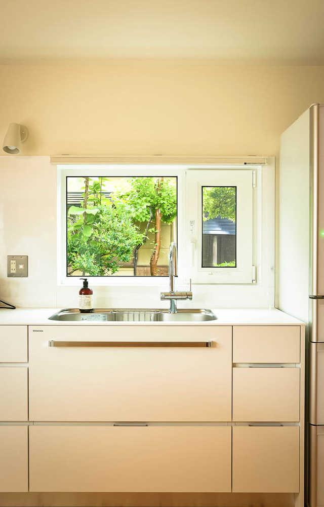 キッチンの窓からは、庭を借景できる
