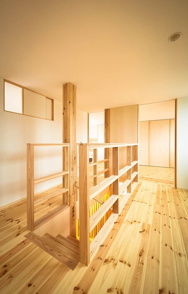 エアコン1台ですべての部屋に熱を送るために、空気の流れを考えたオープンな階段とすべての部屋に通風用の窓を設け、熱が回遊できる通路をつくった