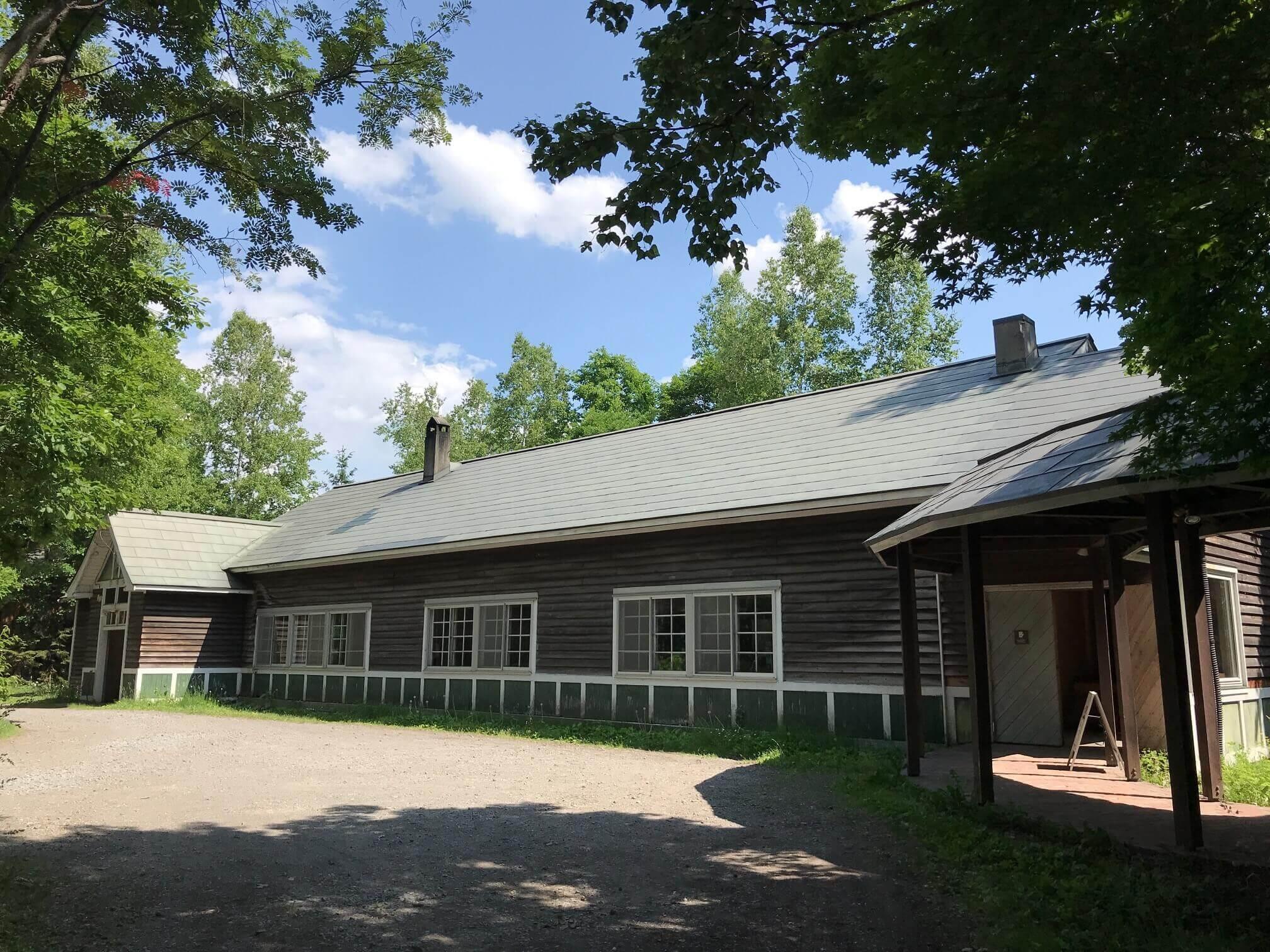 廃校になった小学校の木造校舎を作業場に。建物は築90年以上だとか
